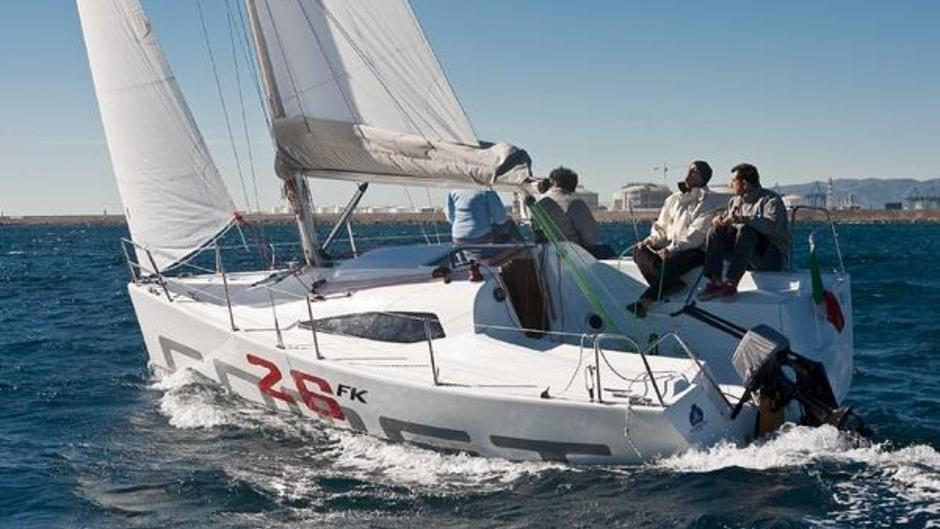 Waterkampioen, de proefvaarten met de genomineerde boten van de European Yacht of the Year Verkiezing in Barcelona De Comet 26